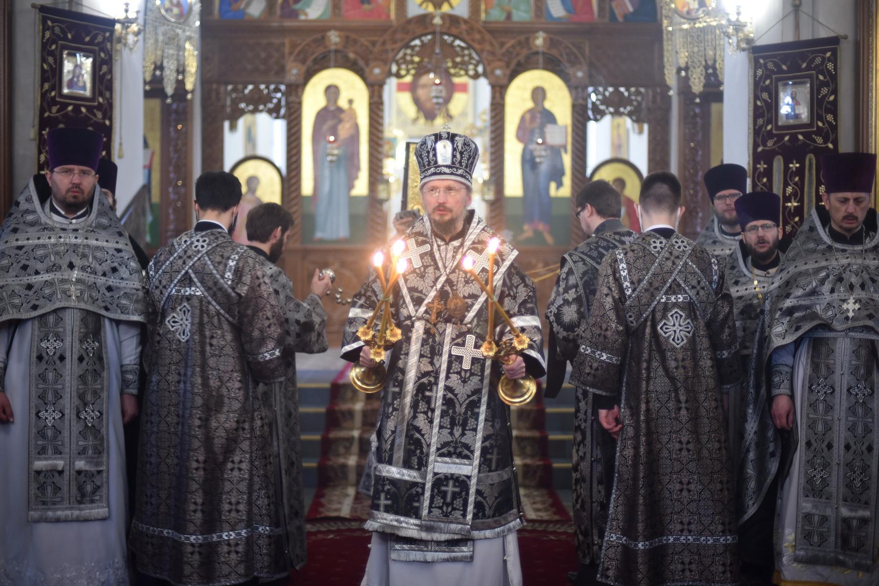 В Великую Среду Патриарший Экзарх совершил Литургию Преждеосвященных Даров в кафедральном соборе Воскресения Христова г. Борисова