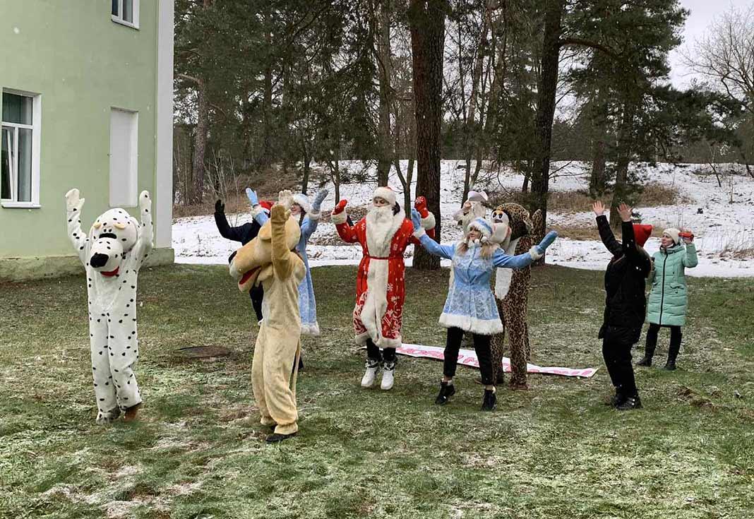 Участники волонтерского движения «Воскресение» провели праздничный флешмоб под окнами педиатрического отделения Борисовской ЦРБ