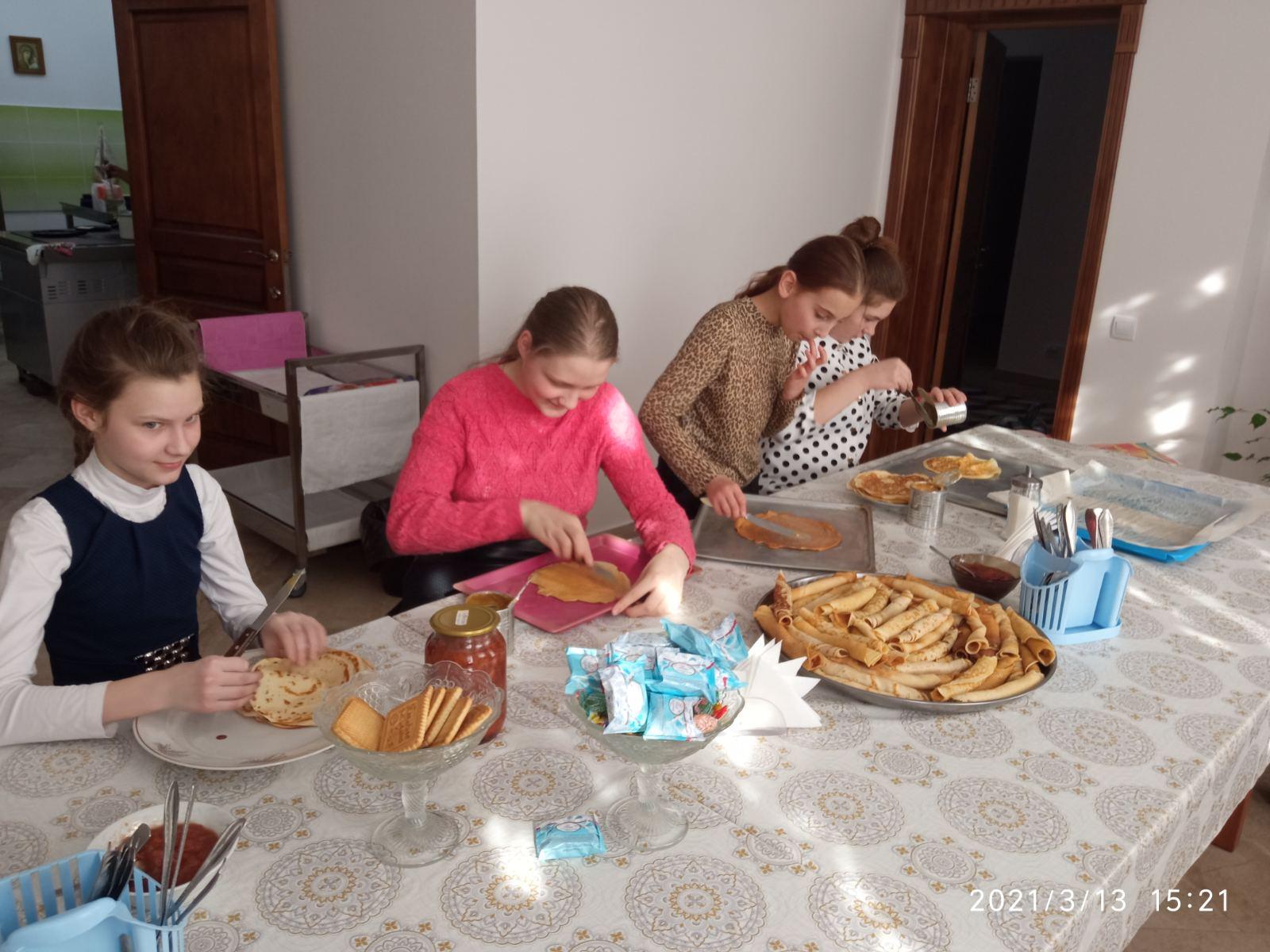 В последний день Масленицы участники детского хора Воскресенского кафедрального собора угощали всех желающих блинами